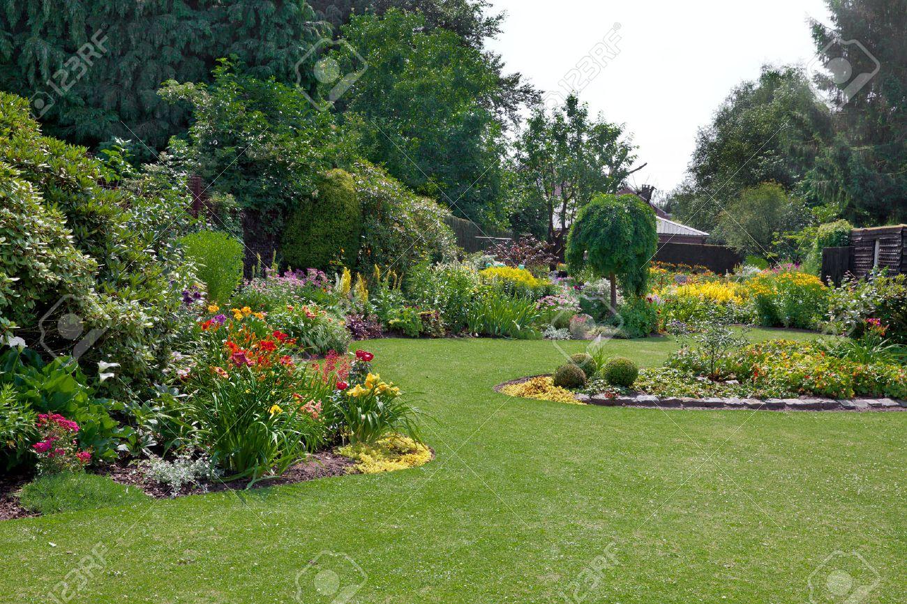 Grüner Rasen In Eine Bunte Landschaft Formalen Garten. Schöner Garten.  Standard Bild