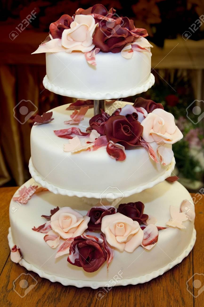 Schone Dreistockige Hochzeitstorte Mit Rosen Verziert Lizenzfreie