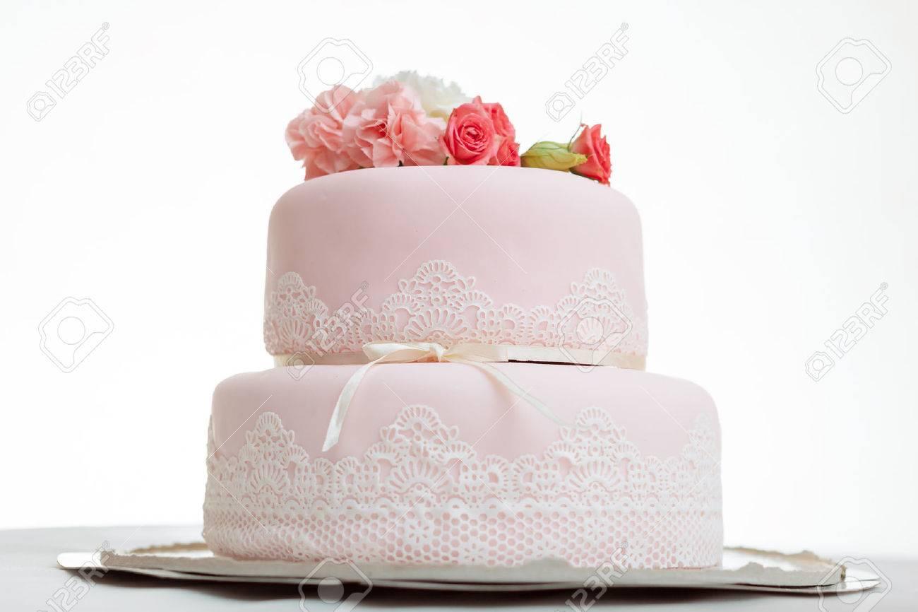 Rosa Hochzeitstorte Mit Rosen Gegen Weissen Hintergrund Isoliert