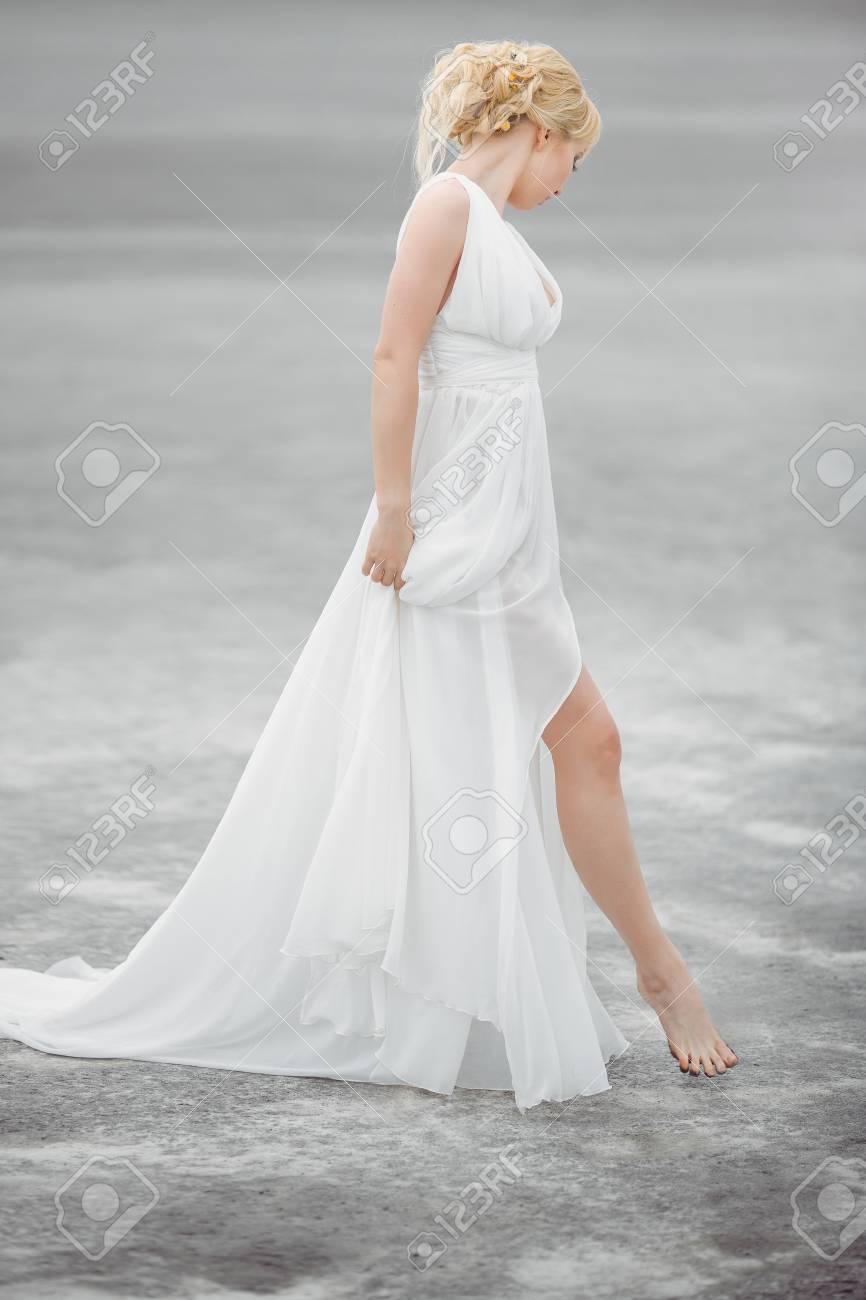 Braut, Die Draußen In Der Wüste. Schöne Frau Im Weißen ...
