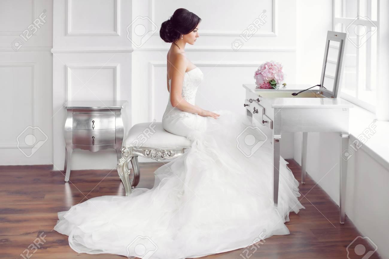 Hochzeit Vorbereitung. Schöne Junge Braut Im Weißen Brautkleid ...