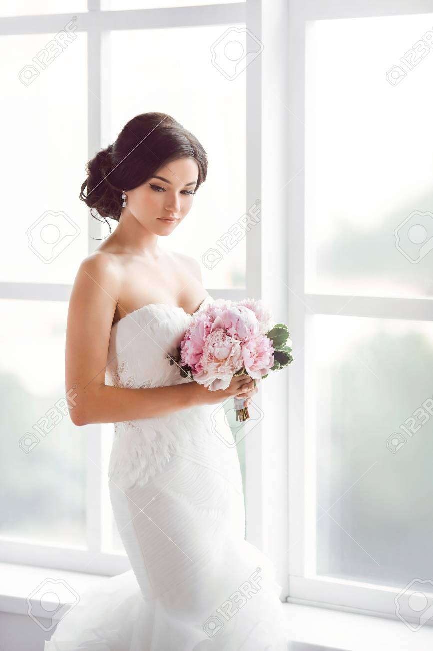 Beautiful Bride. Wedding Hairstyle Make-up Luxury Fashion Dress ...