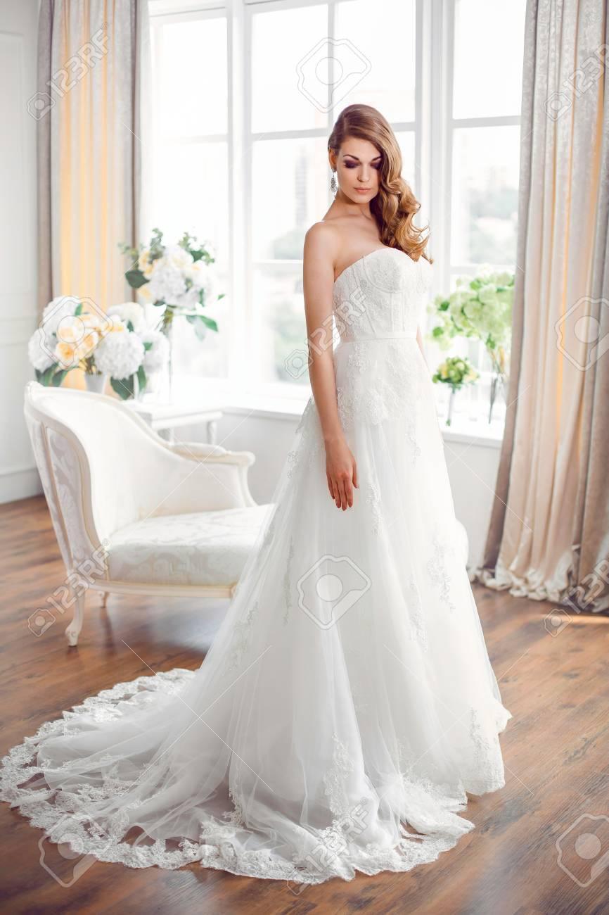 Brautmode Braut. Perfekte Hochzeit Weißes Kleid Make-up Und Frisur ...