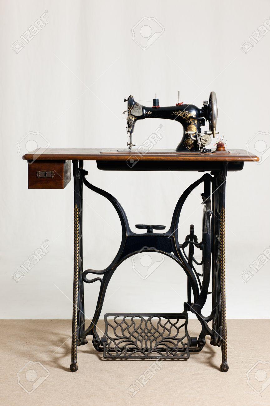 Machine A Coudre Ancienne machine à coudre ancienne devant un arrière-plan gris