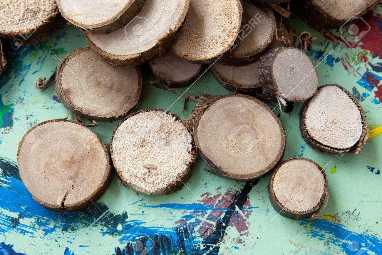 Kleine Holzscheiben Auf Dem Gemalde Tisch Lizenzfreie Fotos Bilder