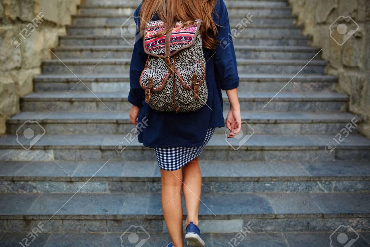 Фото девушка подымается по лестнице без 3 фотография