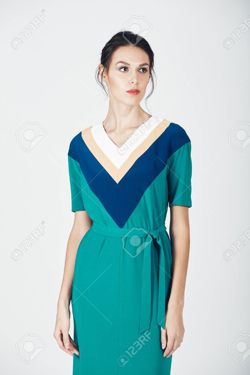 18fcd67e5ce Banque d images - Photo de mode de la jeune femme magnifique dans une robe  verte. Jeune fille. Studio Photo