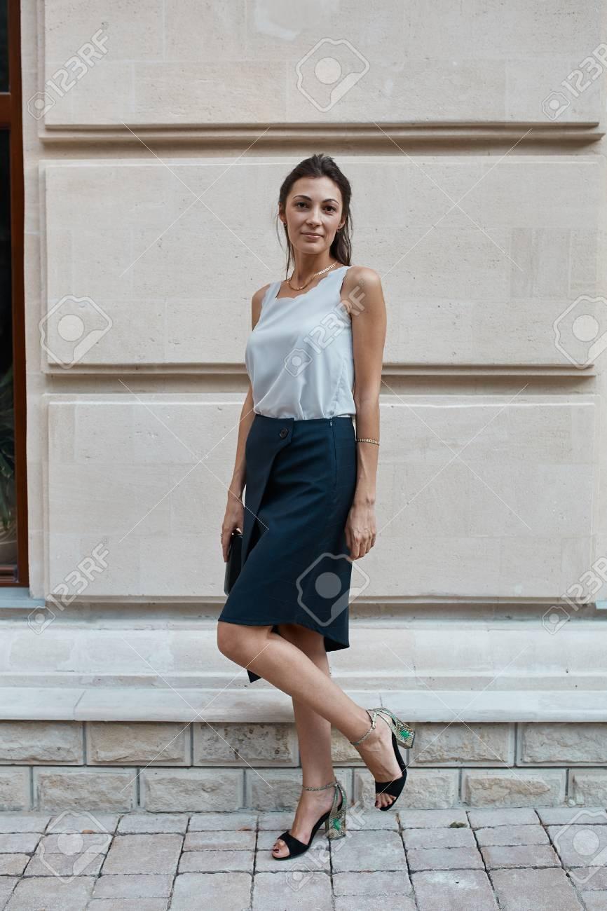 ec7507b0504a Archivio Fotografico - Bella bruna giovane donna che cammina per le vie  della città vecchia. concetto di moda