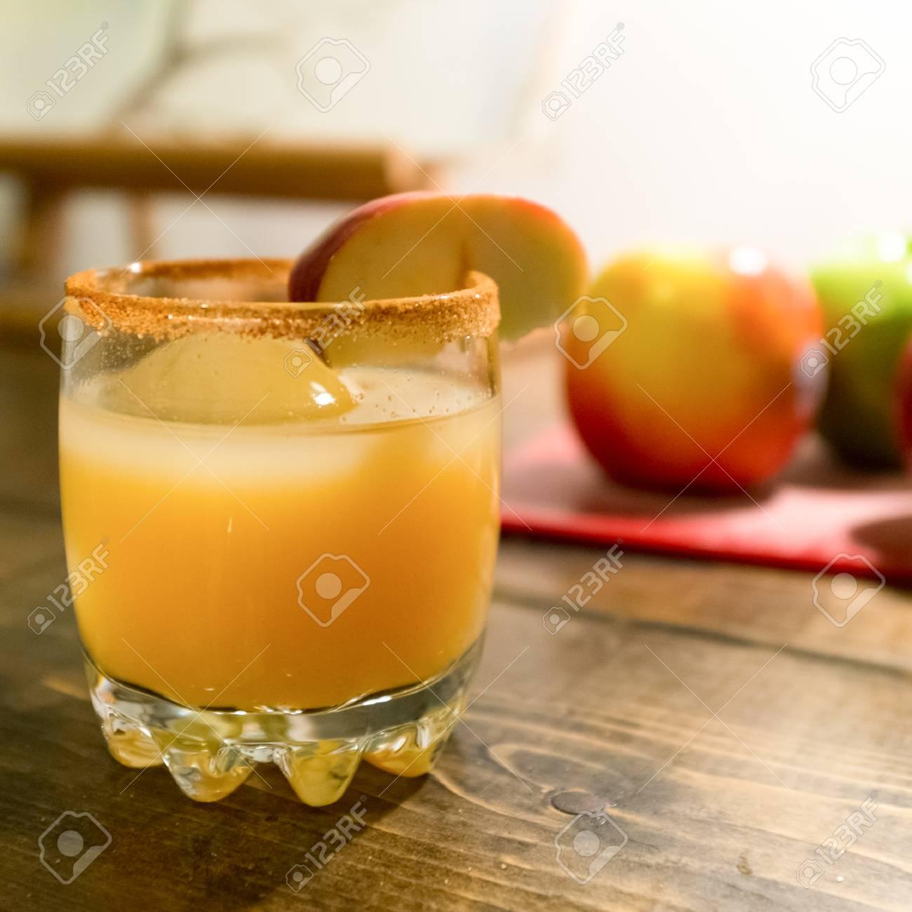 リンゴの付け合わせとアルコール...