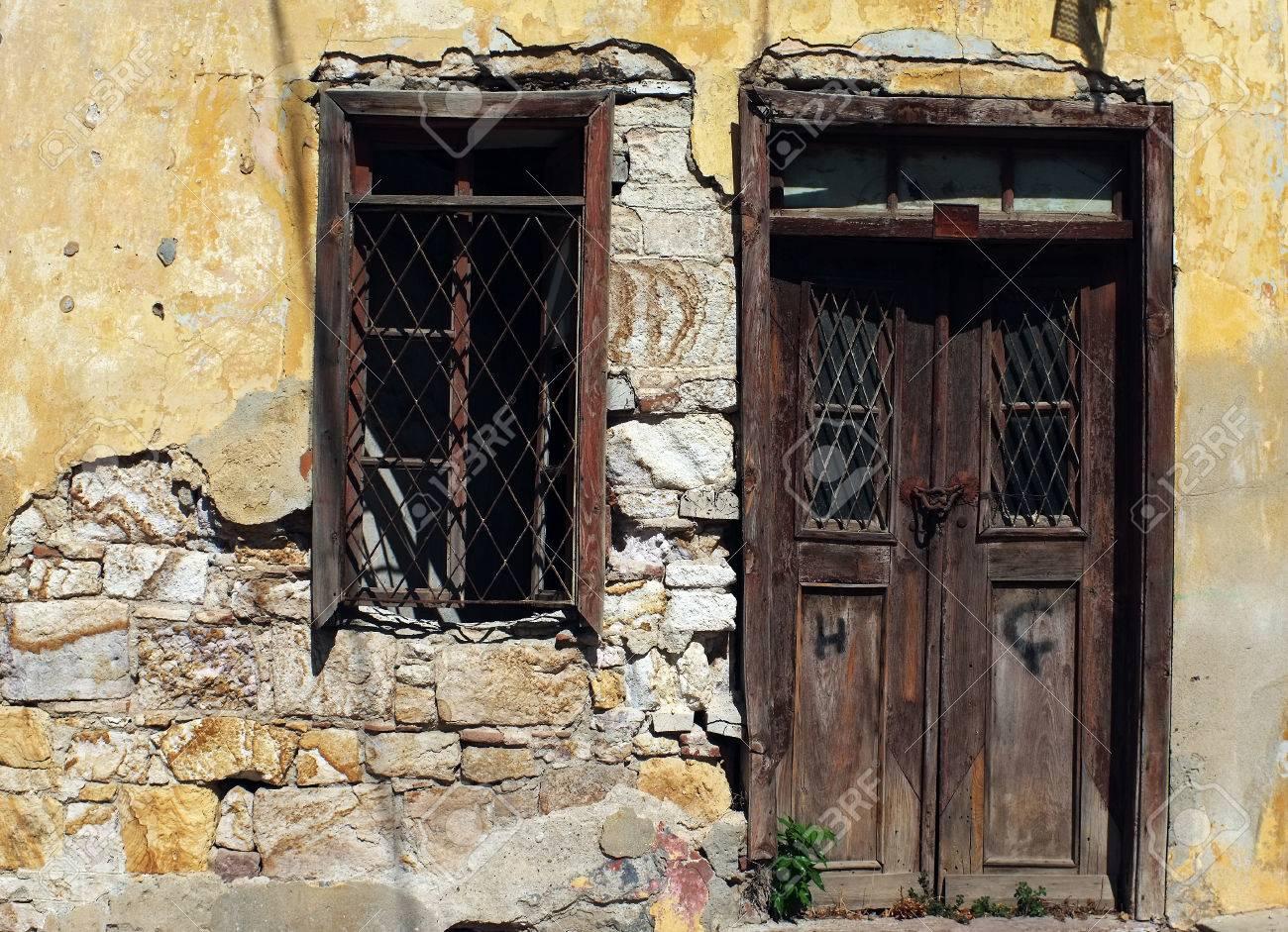 Vintage Tür alte holz-vintage-tür und fenster in der ruine lizenzfreie fotos