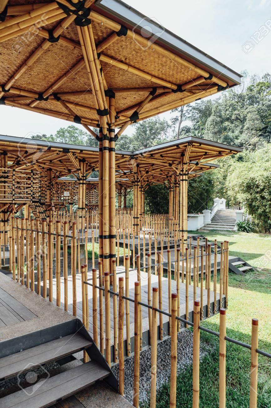 Maison De Théâtre En Bambou Construite Sur Une île De Lac Dans Les ...