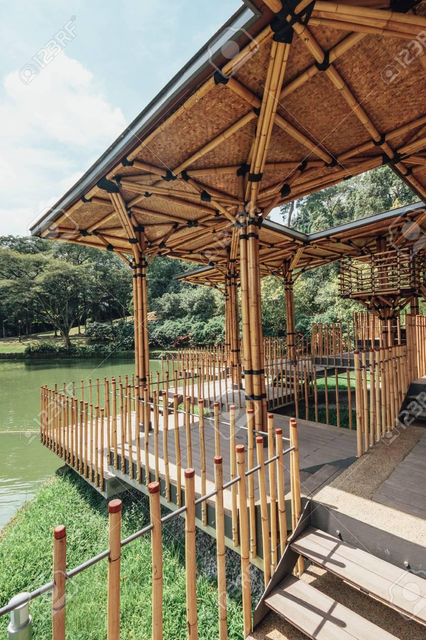 Maison de théâtre en bambou construite sur une île de lac dans les jardins  botaniques de Kuala Lumpur, en Malaisie.