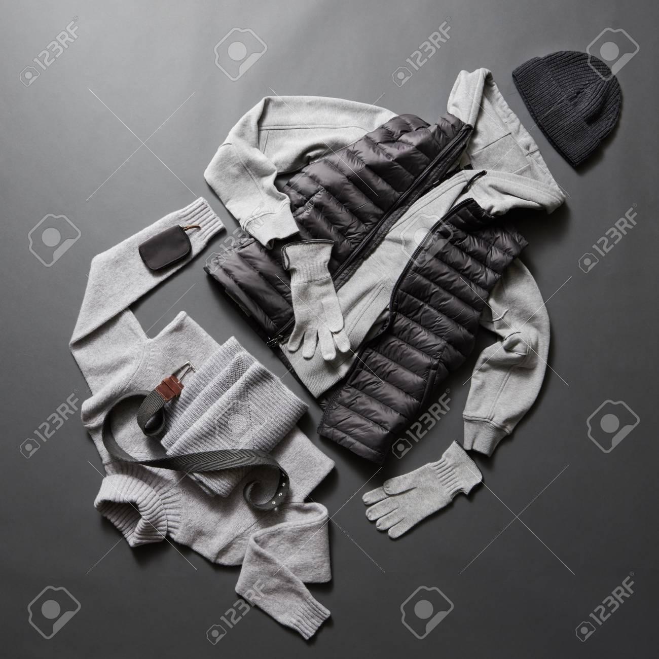 da327dc730d830 冬メンズ服と黒の背景のアクセサリー。冬のセーター、手袋、ジャケット ...