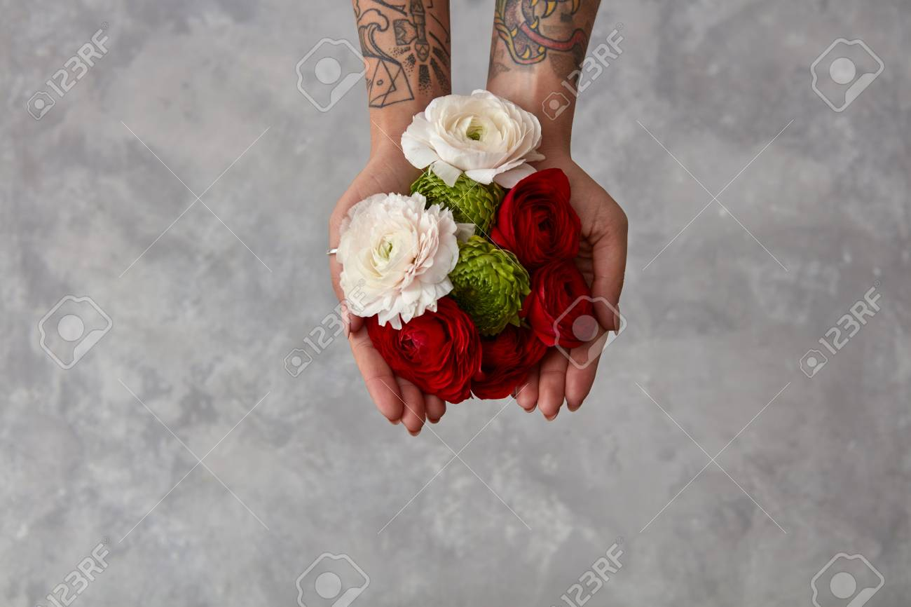 Mazzo Di Fiori Tatuaggio.Girl With A Tattoo On Her Hands Holding A Bouquet Of Flowers Stock