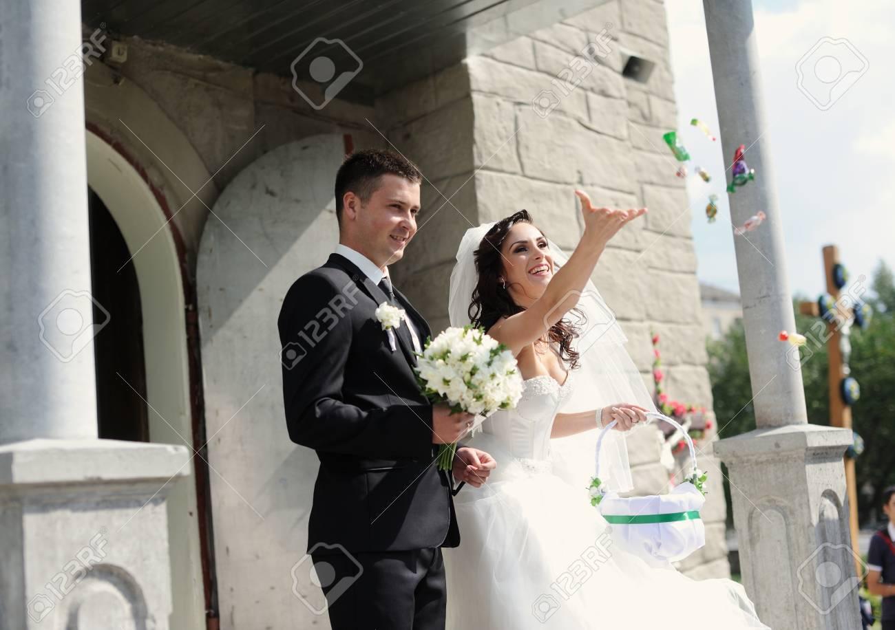 Braut Und Brautigam Die Kirche Verlassen Nachdem Eine