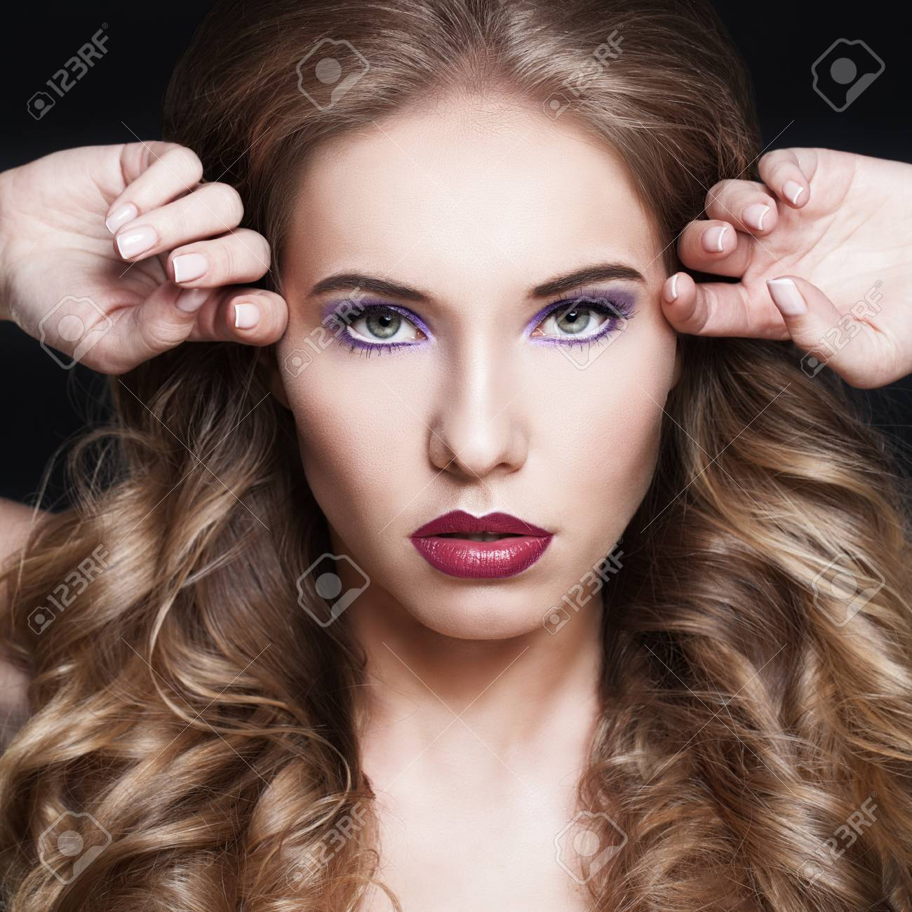 Femme A La Mode Coiffure Et Maquillage Banque D Images Et Photos Libres De Droits Image 65438920