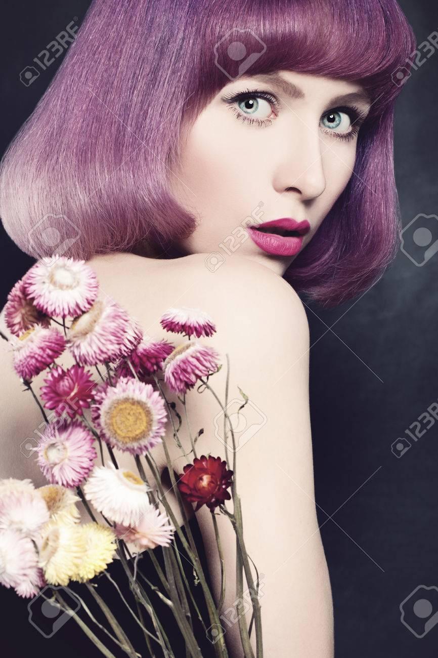 Schone Frau Mit Lila Farbung Von Haaren Mode Bob Haircut