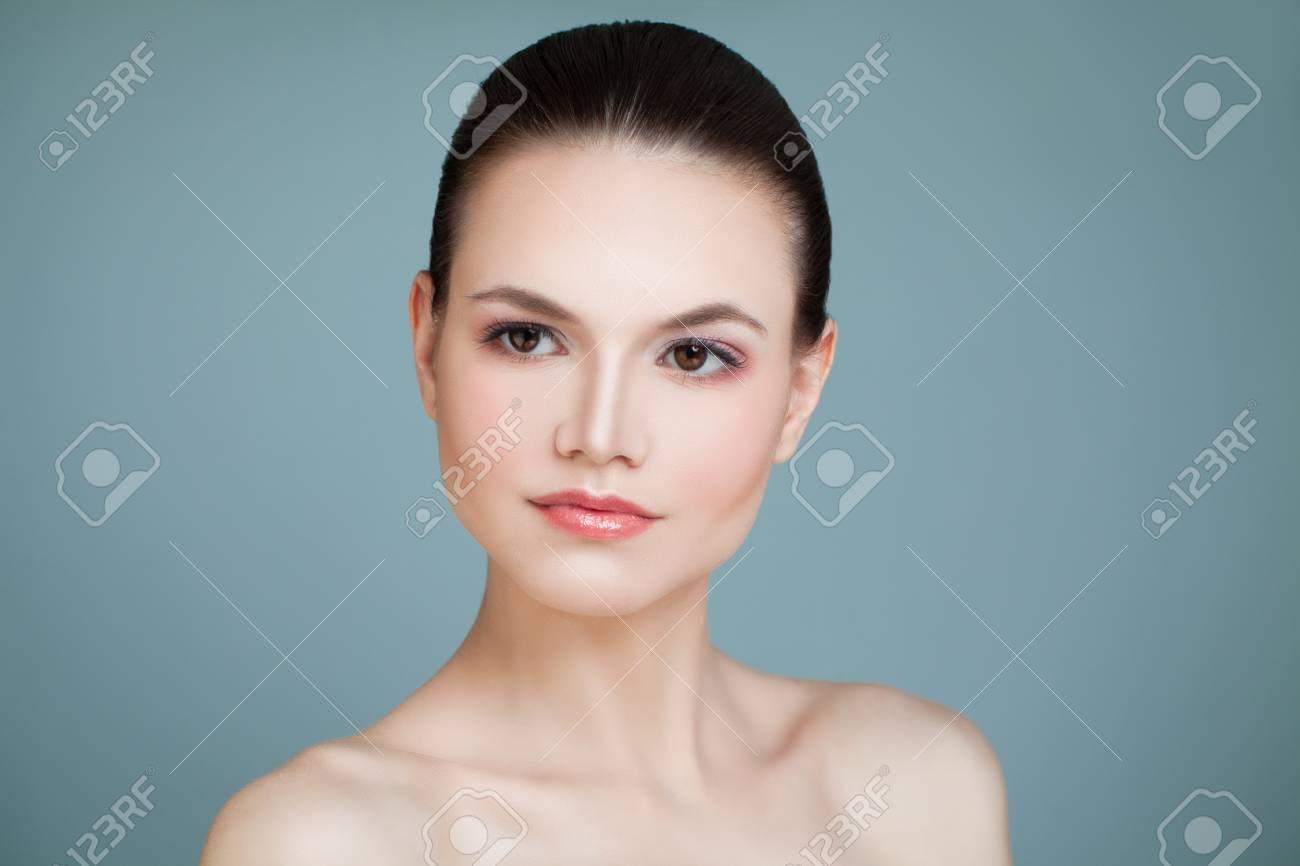 Perfektes Gesicht Gesunde Vorbildliche Frau Auf Blauem Hintergrund