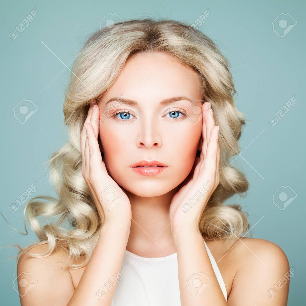 Schönheitsporträt Der Schönen Frau Blonde Frisur Und Perfektes