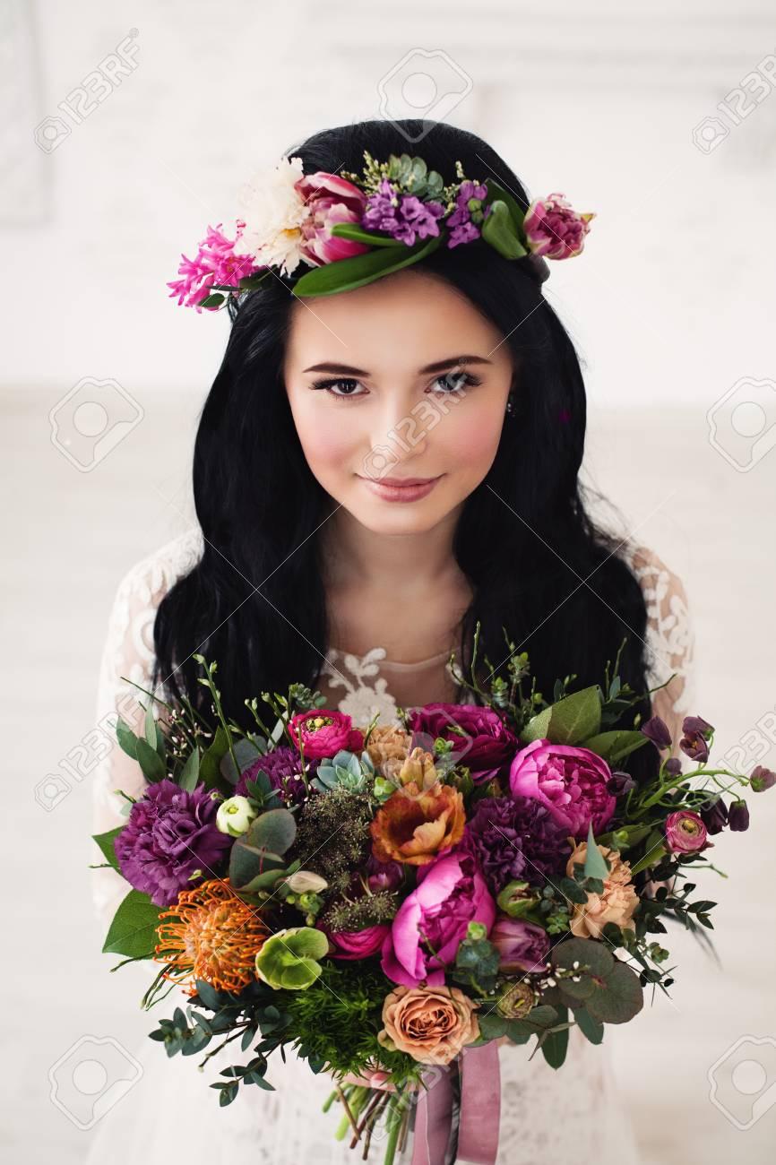 Schone Braut Frau Mit Bunter Blumen Anordnung Blumen Kranz