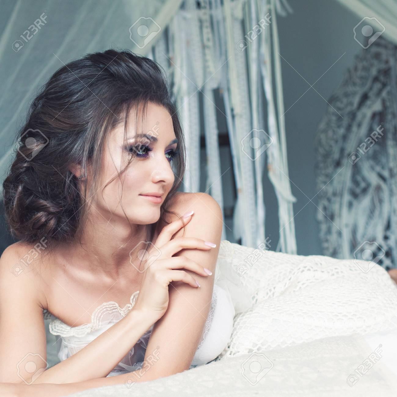 Perfekte Frau Mit Make Up Und Perfekte Hochzeit Frisur Im Weissen