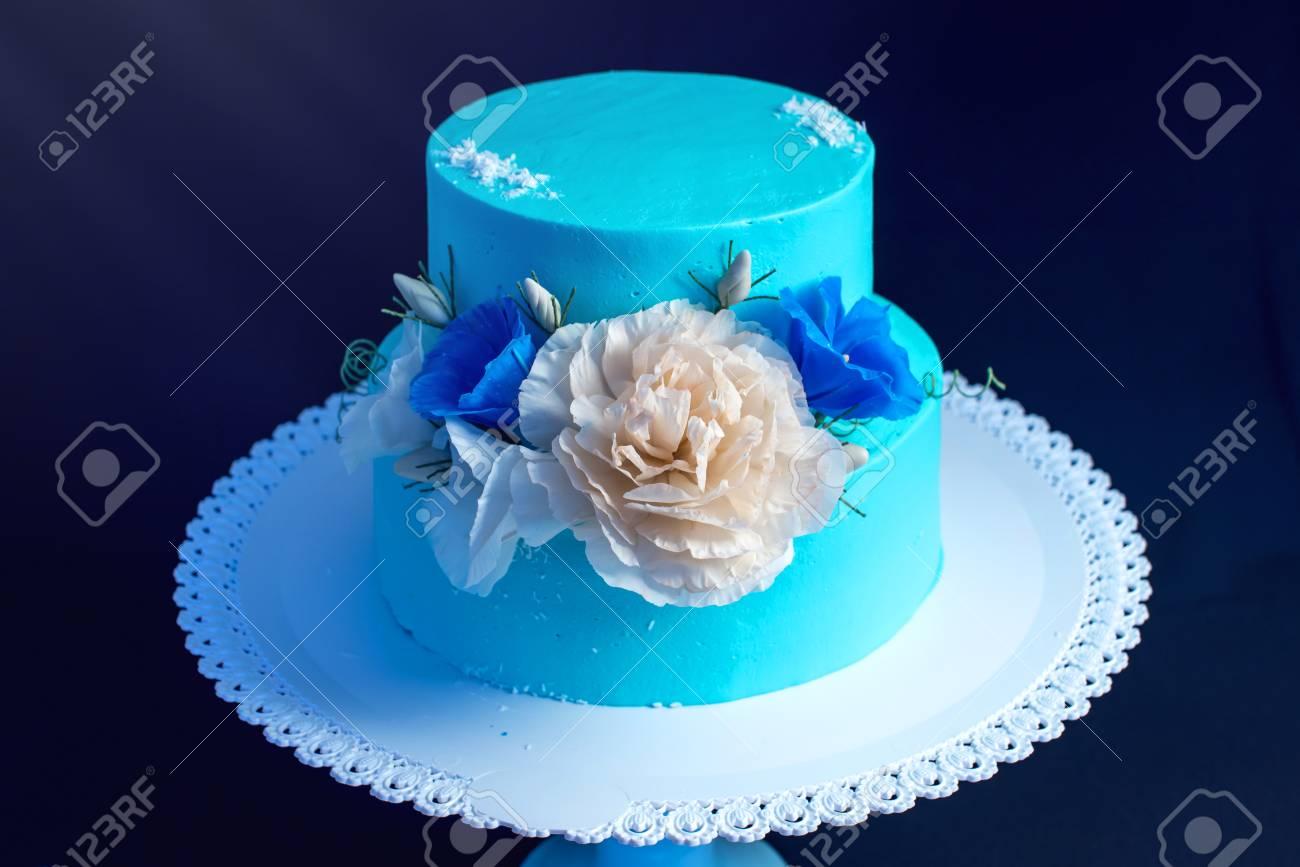 Beau Bleu Comme La Glace Un Gâteau De Mariage Décoré Avec De Grandes Roses Sur Un Fond Sombre Concept De Desserts De Mariage