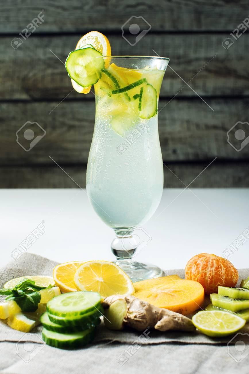 Kühle Frische Frucht Limonade Mit Eis In Hurrikan Glas Mit Zitrone ...