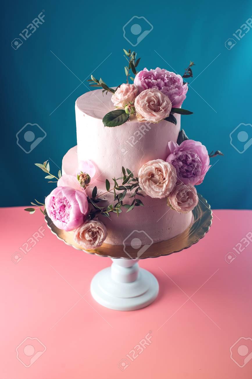 Gateau De Mariage Creme Rose Superpose Orne De Roses Fraiches Sur Un Fond Bleu Conception De Nourriture Les Tendances