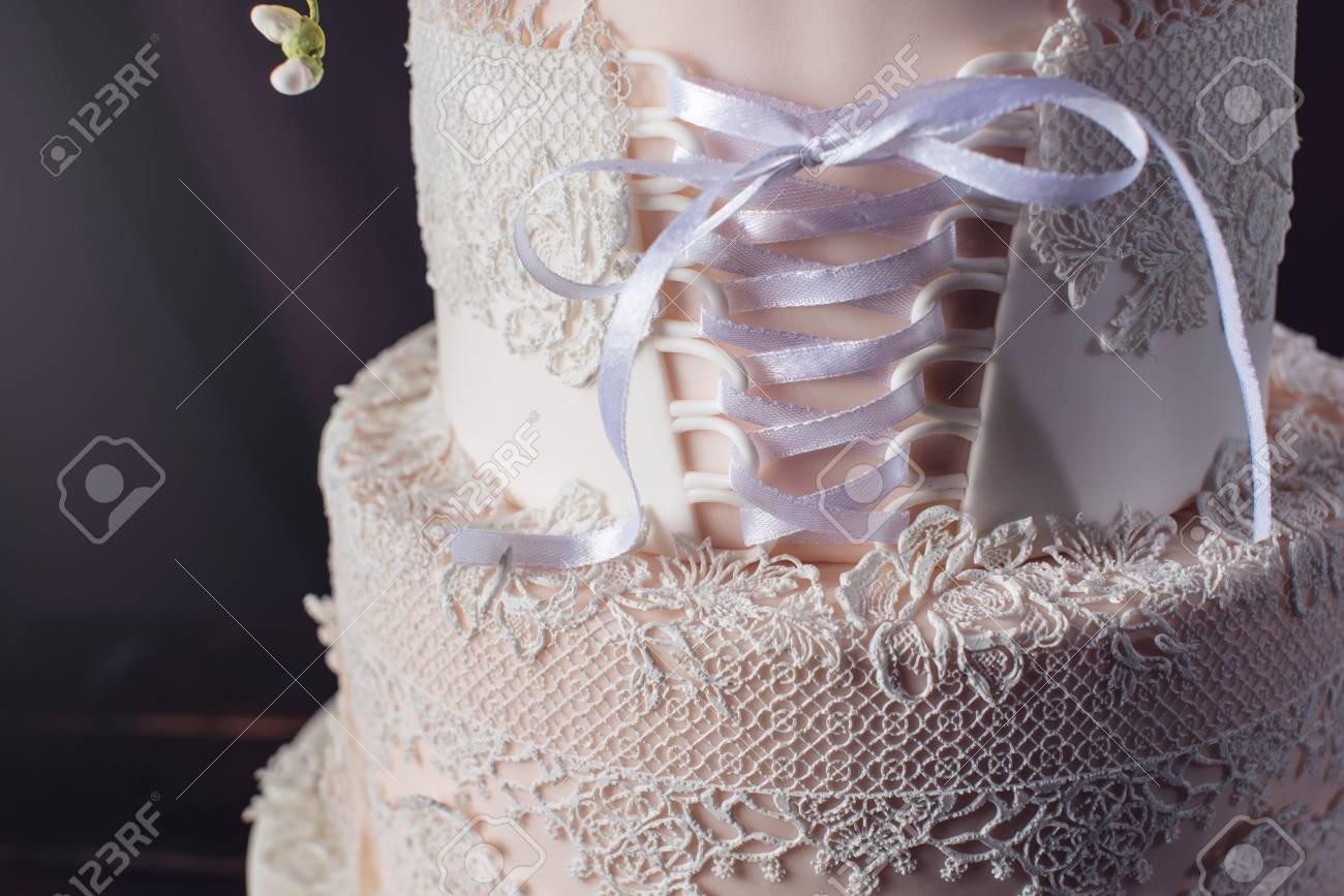 Schone Dreistockige Hochzeitstorte In Form Von Kleidern Mit Spitze