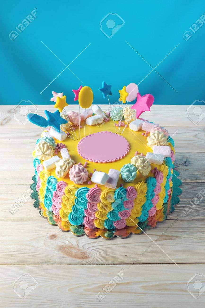 Pastel De Colores Brillantes Para Ninos Decorado Con Malvaviscos Y - Como-decorar-una-tarta-de-cumpleaos-para-nios