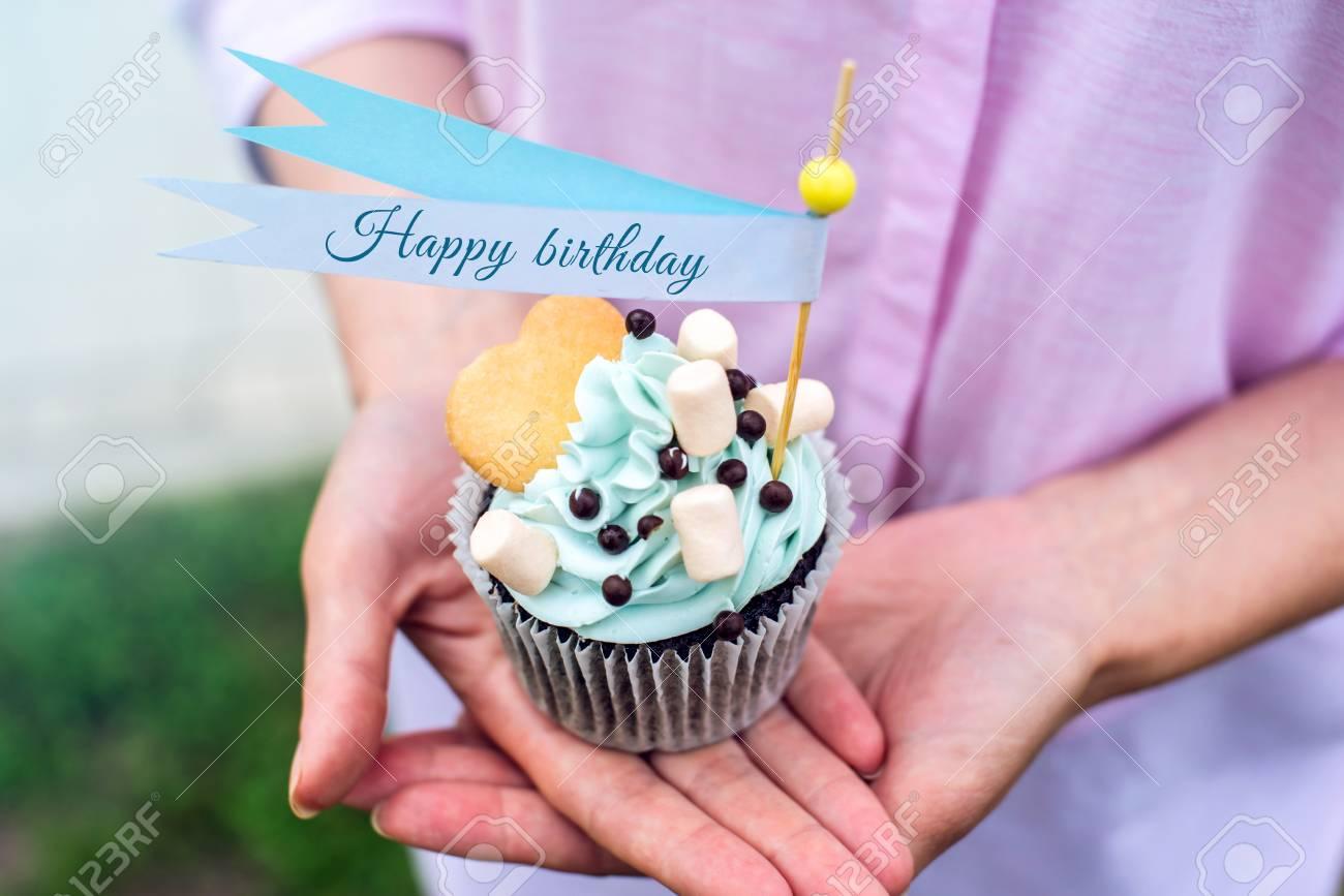 Köstlicher Kleiner Kuchen Mit Blauer Sahne Und Marshmallows In Den