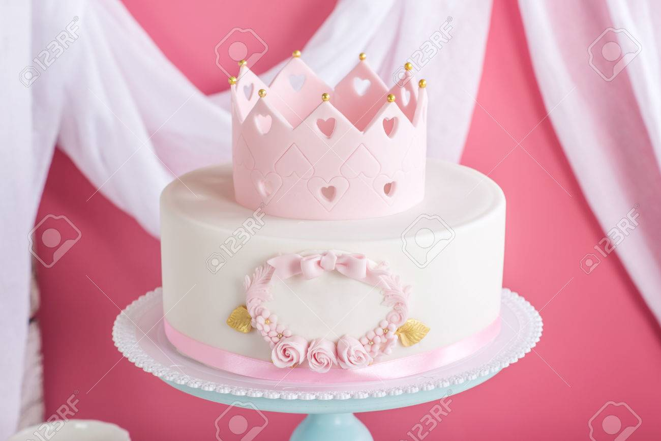 Netter Rosa Kuchen Mit Einer Krone Auf Dem Tisch Mit Tassen Zum