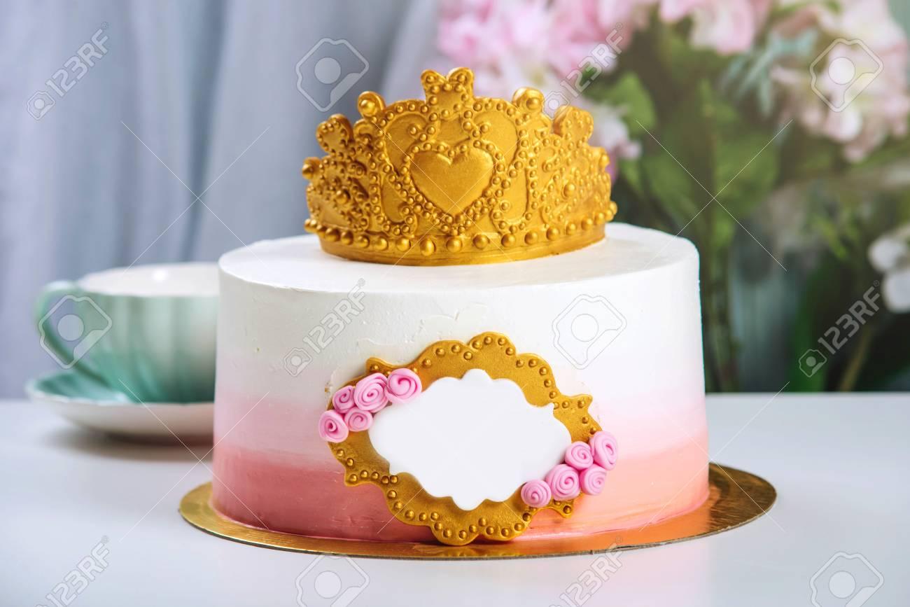 Netter Kuchen Mit Einer Goldkrone Auf Dem Tisch Mit Schalen Zum