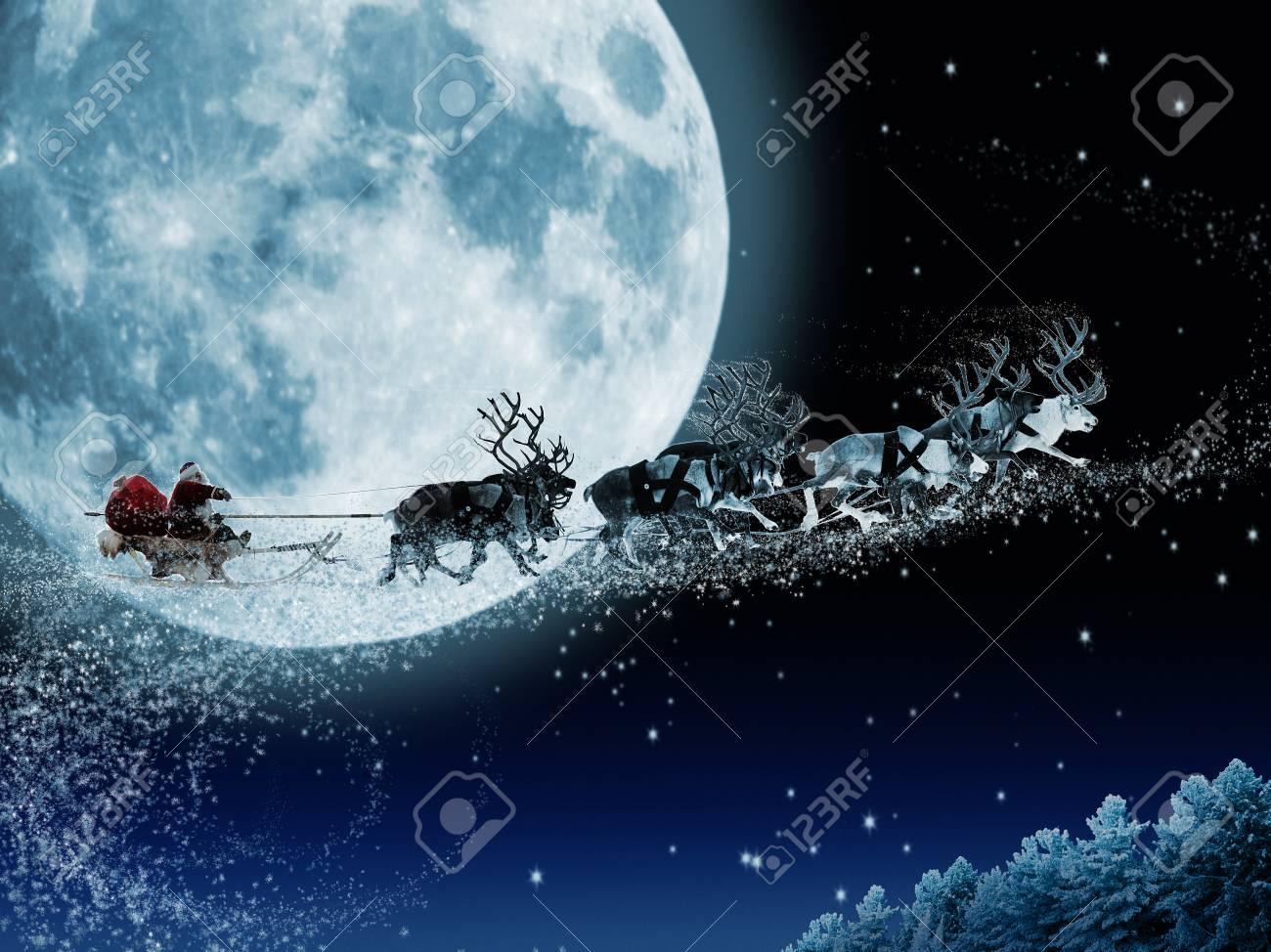 Imagenes De Papanoel En Movimiento.Papa Noel Consigue Un Movimiento Para Montar En Sus Renos El Trineo De Santa Claus Magico Que Vuela Sobre El Bosque De Hadas De Navidad En El Fondo