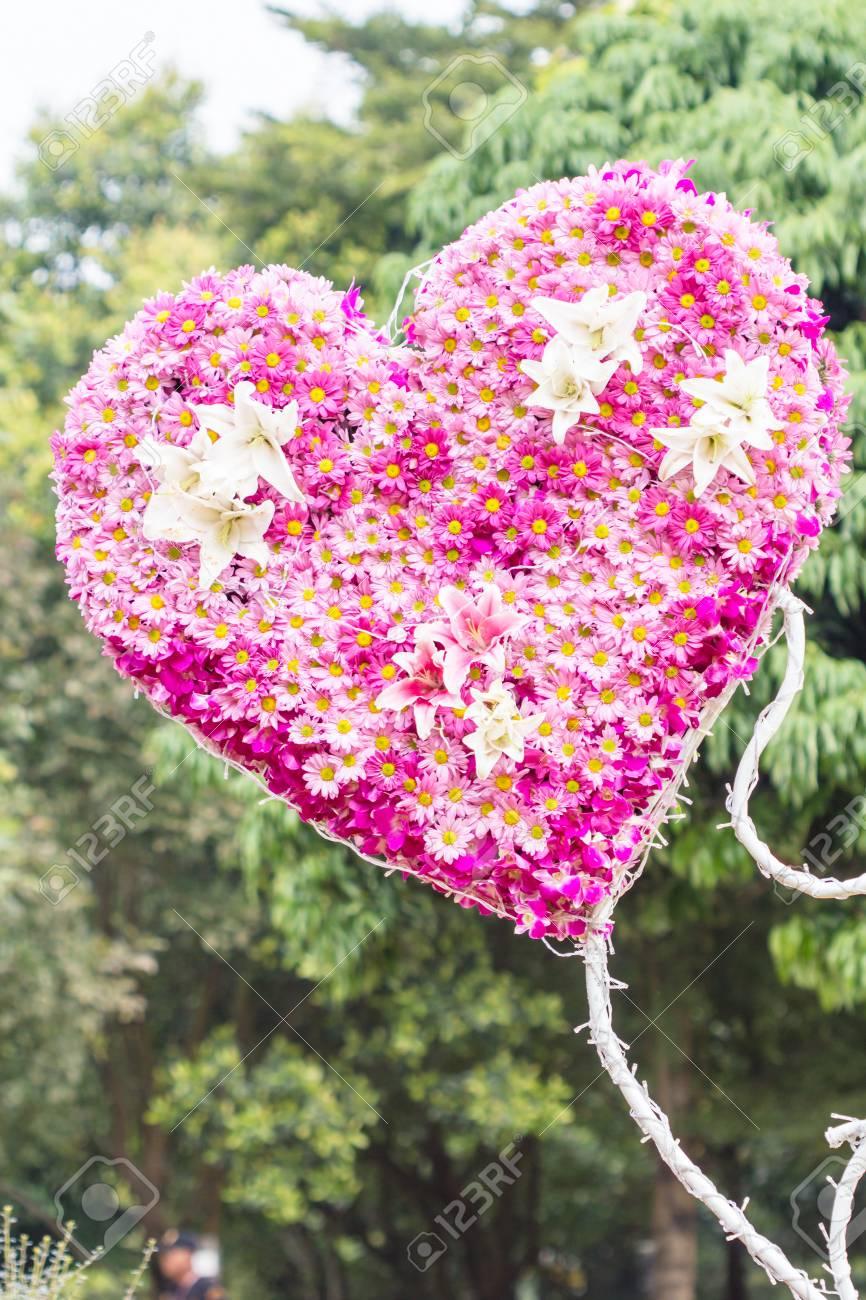 Corazón de las flores en el jardín de San Valentín Amor