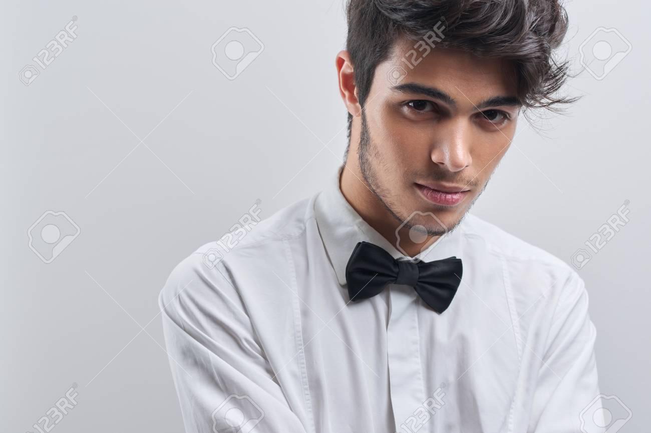100% authentic cf5e3 dc476 L'uomo è rimanere sullo sfondo bianco in studio in camicia bianca con  cravatta nera