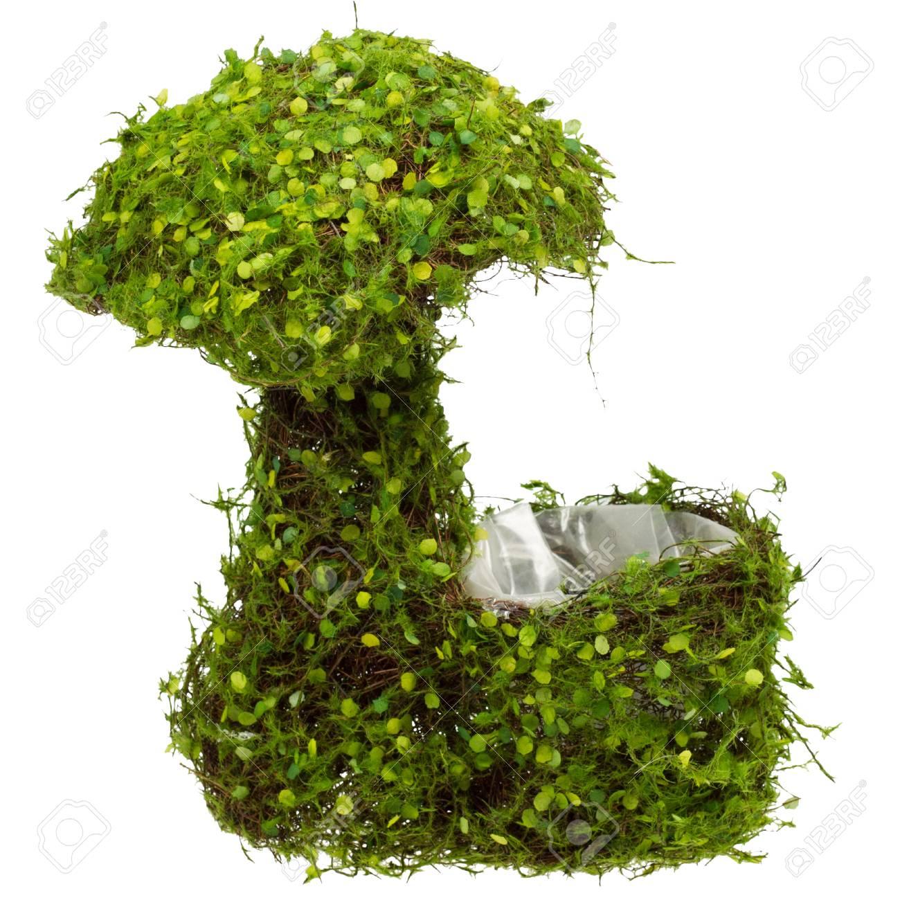 Gros Pot Fleur Plastique gros pot de fleur en osier de forme de champignon décoratif avec l'herbe  verte à l'extérieur et un sac en plastique à l'intérieur. isolé sur blanc.