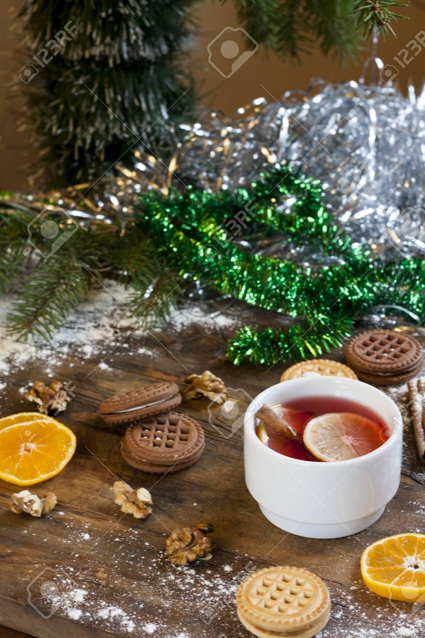 Biscotti Decorati Per Albero Di Natale.Immagini Stock Te Al Limone Mandarini Biscotti E Noci In