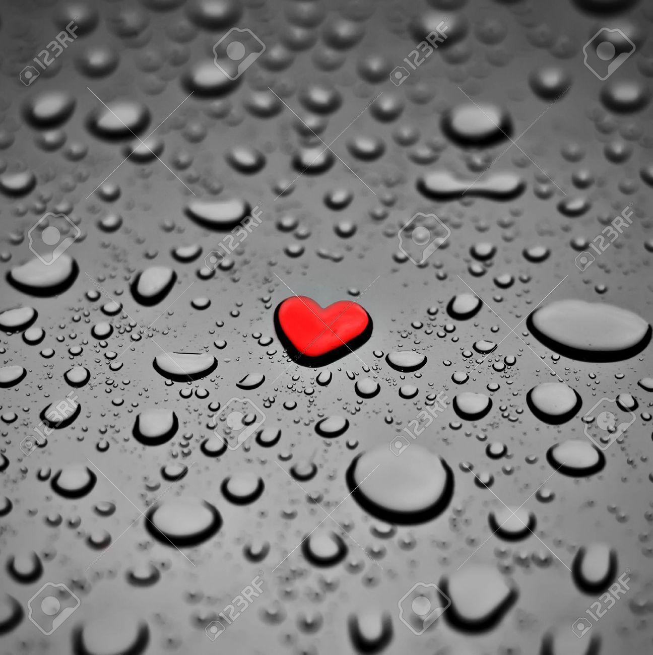 4333278-Coeur-rouge-comme-une-goutte-de-pluie-sur-le-fond-gris-Banque-d%27images