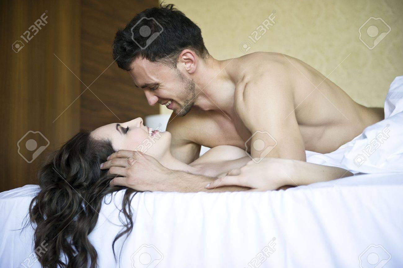 Эротическое фото объятия молодых 22 фотография