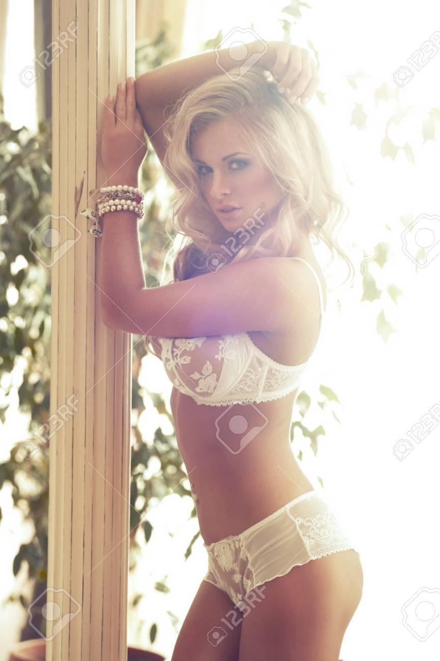 Сексуальная блондинка в белом белье 16 фотография