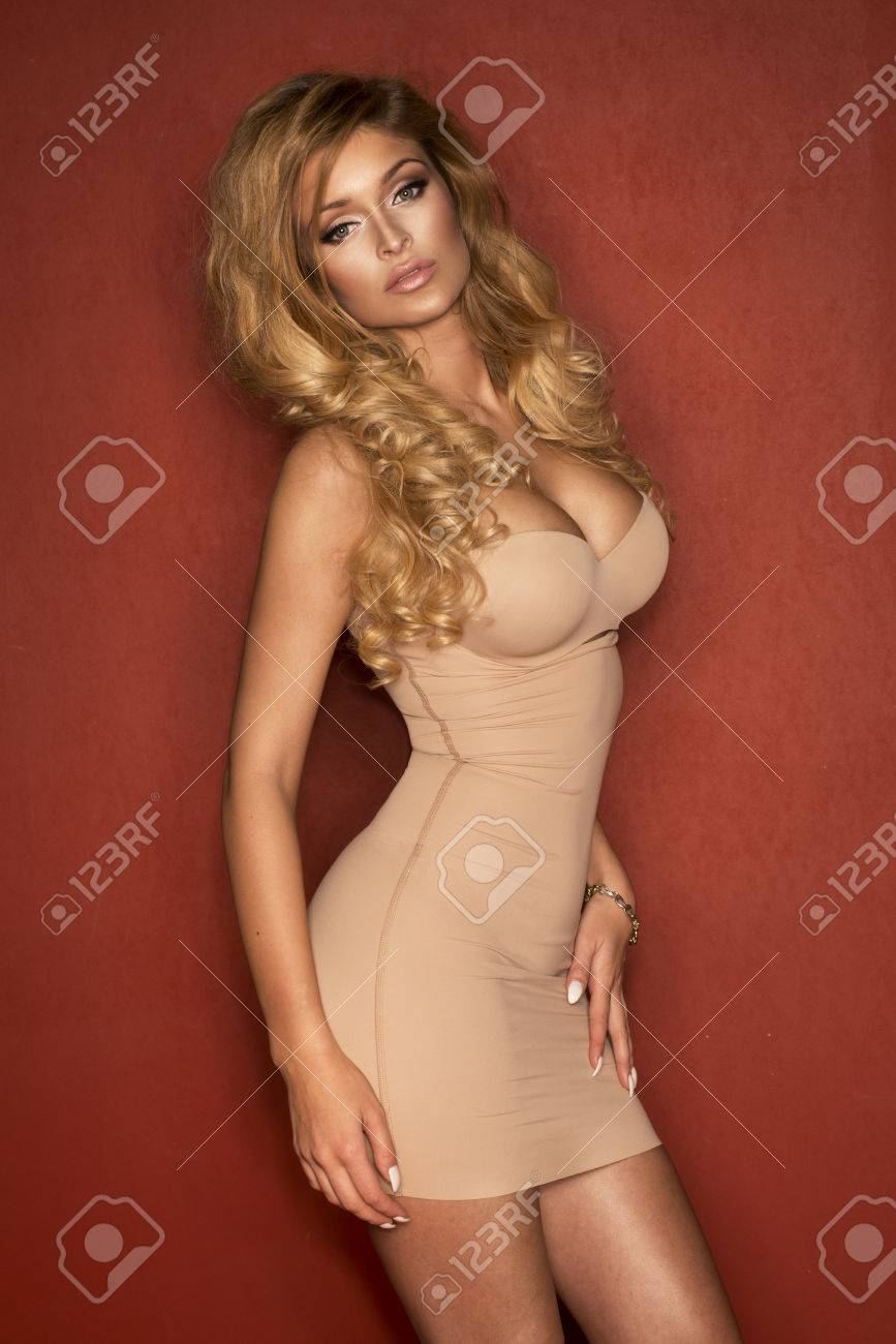 f52d925e929 빨간색 배경에 누드 란제리 포즈 사랑스러운 섹시한 몸매 금발 여자 스톡 콘텐츠