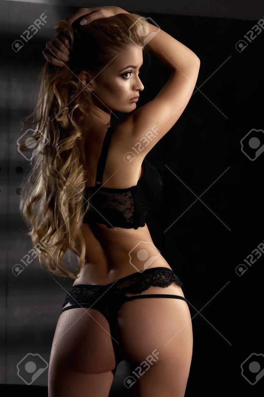 Foto de archivo - Joven mujer sexy en lencería negra 46451fbd0e42