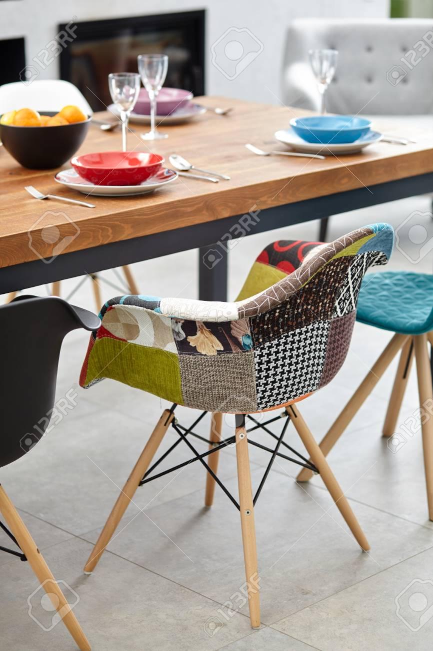 Moderno comedor con mesa de comedor. Pequeña profundidad de campo