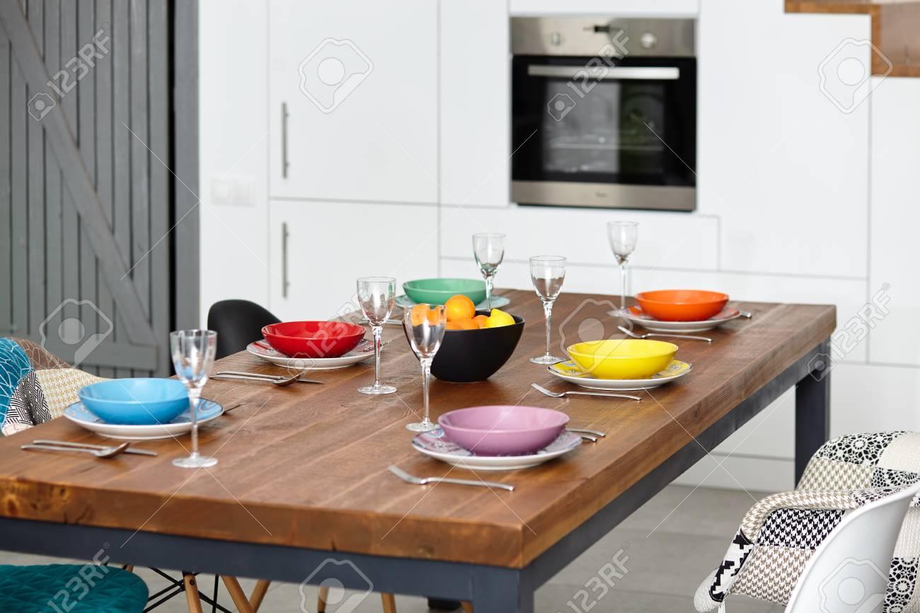 Piccola Sala Da Pranzo : Moderna sala da pranzo con tavolo da pranzo. piccola profondità di