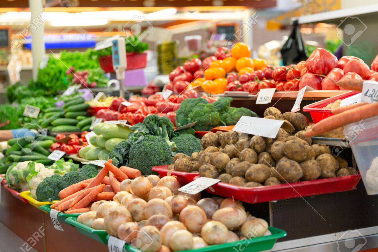 Fresh organic and vegetables at farmers market in city - 125101842