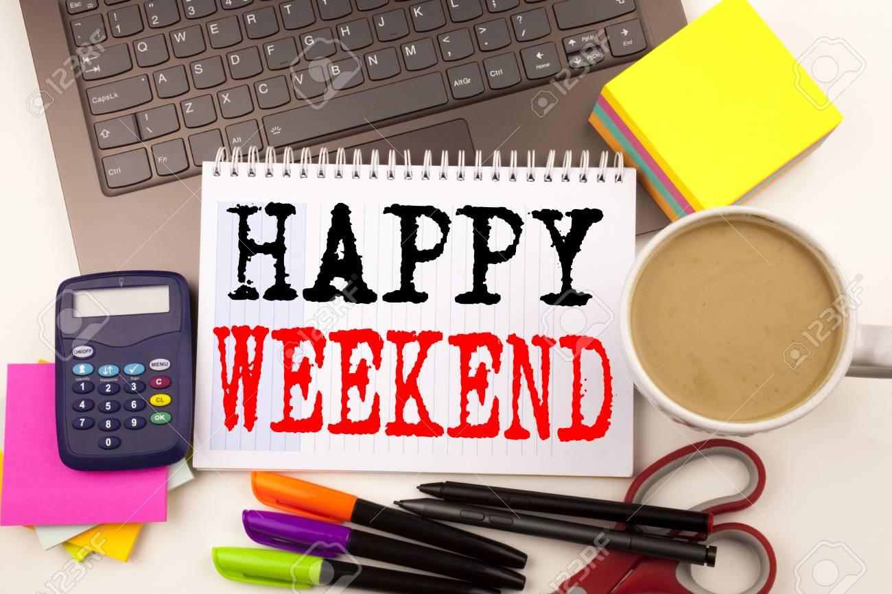 Mot écrit happy week end dans le bureau avec des environnements