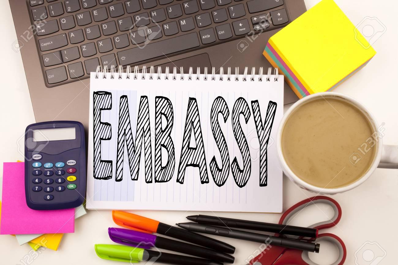 Mot écrit ambassade dans le bureau avec ordinateur portable