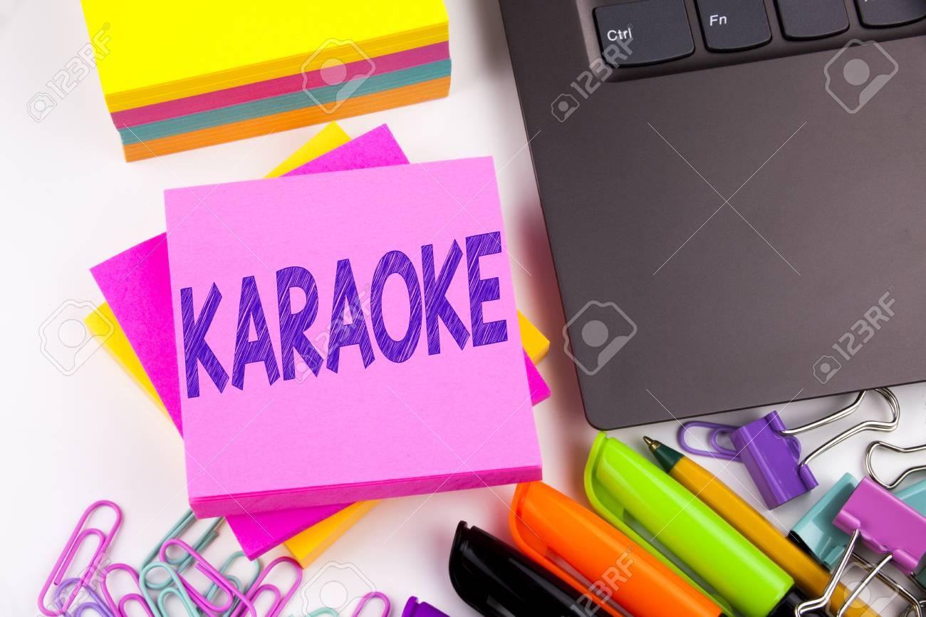 Karaoké le texte écrit sur la tablette ordinateur dans le bureau