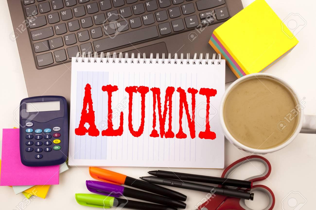 Rédaction de mots alumni anciens Élèves au bureau avec ordinateur